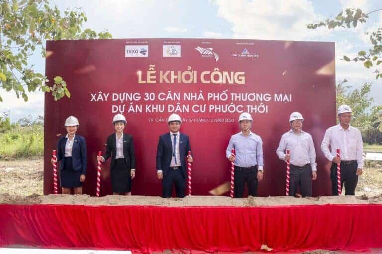 Đại diện chủ đầu tư NAHACO, đơn vị tư vấn giám sát TEXO, nhà thầu xây dựng VINACCO và đơn vị phân phối độc quyền Đất Xanh Miền Tây làm lễ động thổ khởi công xây dựng 30 căn nhà phố KDC Phước Thới